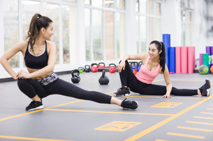 Young women exercising at gymの写真素材 [FYI02226077]