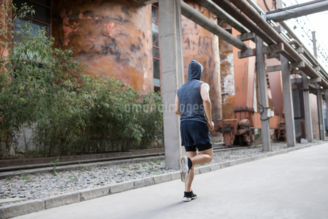 Young Chinese man jogging outdoorsの写真素材 [FYI02226096]