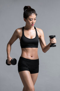 Young Chinese female athlete exercisingの写真素材 [FYI02226098]