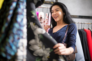 Young Chinese woman shopping in clothing storeの写真素材 [FYI02226123]