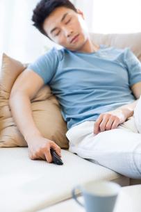 Young man sleeping on the sofaの写真素材 [FYI02226134]
