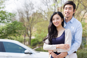 Happy young couple and carの写真素材 [FYI02226152]