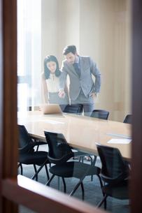 Business people talking in meeting roomの写真素材 [FYI02226155]