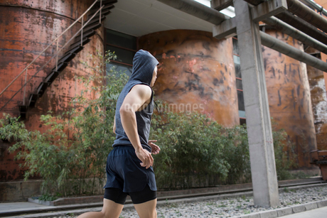 Young Chinese man jogging outdoorsの写真素材 [FYI02226193]