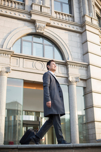 Confident Chinese businessman travellingの写真素材 [FYI02226204]