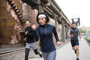 Young Chinese friends jogging outdoorsの写真素材 [FYI02226214]