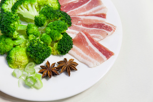 Broccoli and pork bellyの写真素材 [FYI02226221]