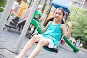 Happy girl on swingの写真素材 [FYI02226226]