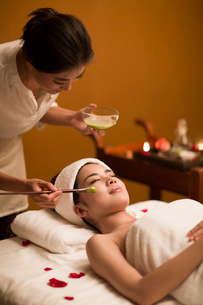 Beautiful young woman having facial treatmentの写真素材 [FYI02226253]