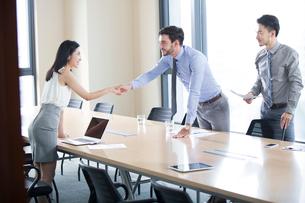 Business people shaking handsの写真素材 [FYI02226266]