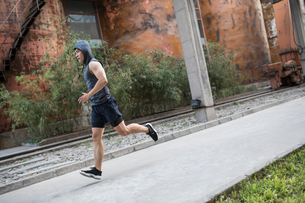 Young Chinese man jogging outdoorsの写真素材 [FYI02226283]