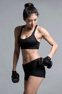 Young Chinese female athlete exercisingの写真素材 [FYI02226292]