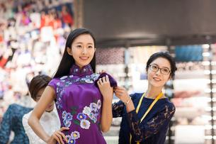 Chinese fashion designers adjusting customer's dressの写真素材 [FYI02226294]