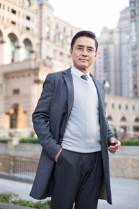 Portrait of confident Chinese businessmanの写真素材 [FYI02226335]