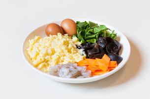 Egg, mu-err mushroom, carrot and shrimpの写真素材 [FYI02226372]