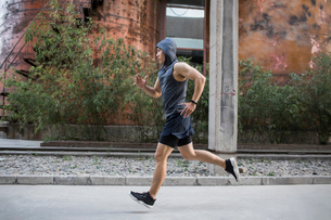 Young Chinese man jogging outdoorsの写真素材 [FYI02226390]