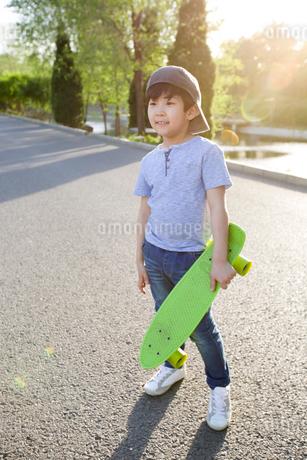 Happy little boy with skateboardの写真素材 [FYI02226400]