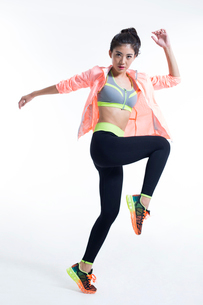 Confident young Chinese female athleteの写真素材 [FYI02226413]