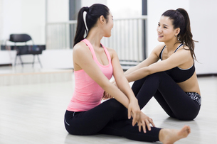 Young women resting at gymの写真素材 [FYI02226447]