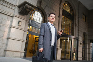 Confident Chinese businessman travellingの写真素材 [FYI02226456]