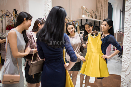 Best Chinese female friends shopping in clothing storeの写真素材 [FYI02226460]