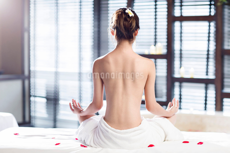 Rear view of beautiful young woman meditatingの写真素材 [FYI02226463]