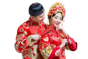 Humorous bride and groomの写真素材 [FYI02226466]