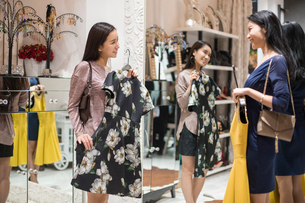Best Chinese female friends shopping in clothing storeの写真素材 [FYI02226492]