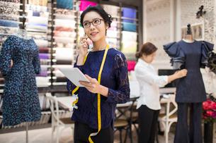 Confident Chinese fashion designer workingの写真素材 [FYI02226498]