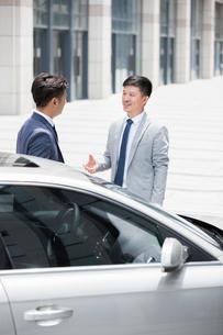 Confident businessmen talking outdoorsの写真素材 [FYI02226501]