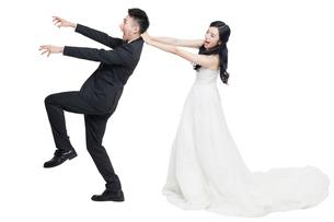 Humorous bride and groomの写真素材 [FYI02226510]