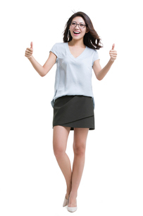 Happy young woman doing thumbs upの写真素材 [FYI02226527]