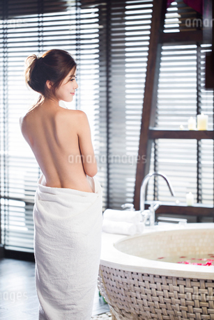 Rear view of beautiful young woman wrapped in towelの写真素材 [FYI02226536]