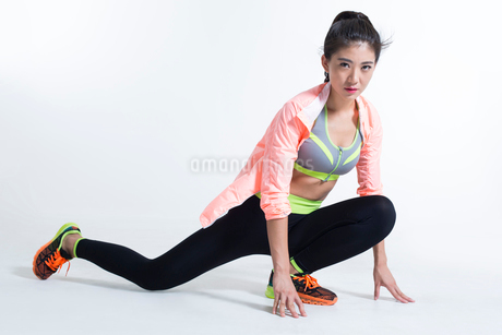 Young Chinese female athlete exercisingの写真素材 [FYI02226538]