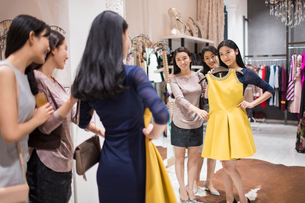 Best Chinese female friends shopping in clothing storeの写真素材 [FYI02226563]