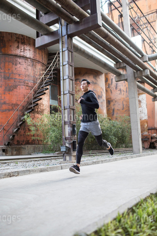 Young Chinese man jogging outdoorsの写真素材 [FYI02226566]