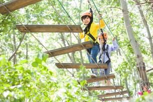 Happy children playing in tree top adventure parkの写真素材 [FYI02226588]