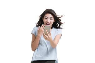Happy young woman using smart phoneの写真素材 [FYI02226592]