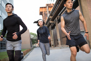 Young Chinese friends jogging outdoorsの写真素材 [FYI02226593]