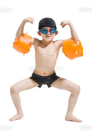Cute boy in swimsuit with water wingsの写真素材 [FYI02226618]