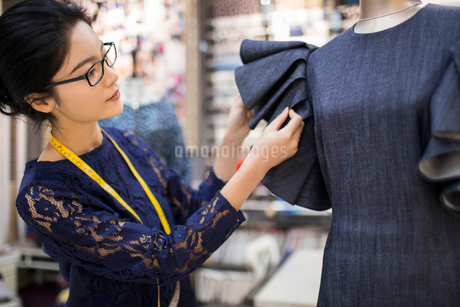 Confident Chinese fashion designer workingの写真素材 [FYI02226631]