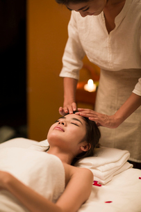 Young woman receiving facial massage at spa centerの写真素材 [FYI02226641]