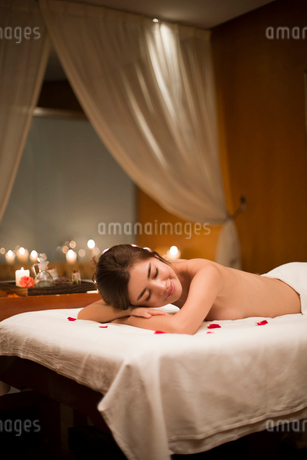 Beautiful young woman relaxing on massage tableの写真素材 [FYI02226646]