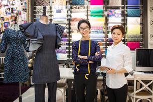 Portrait of confident Chinese fashion designersの写真素材 [FYI02226653]
