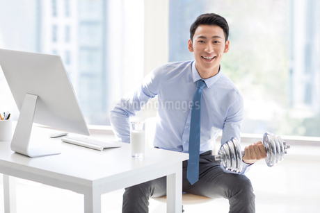 Young Chinese businessman exercising in officeの写真素材 [FYI02226664]