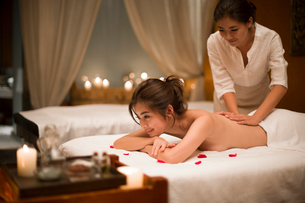 Young woman receiving back massage at spa centerの写真素材 [FYI02226671]