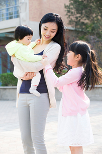 Happy young mother with her two daughtersの写真素材 [FYI02226681]