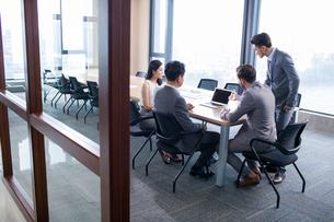 Business people talking in meeting roomの写真素材 [FYI02226705]