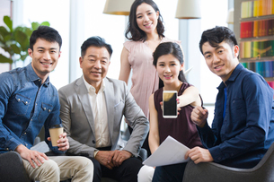 Business team showing a smart phoneの写真素材 [FYI02226715]