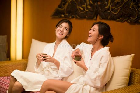 Beautiful young women talking in spa centerの写真素材 [FYI02226721]